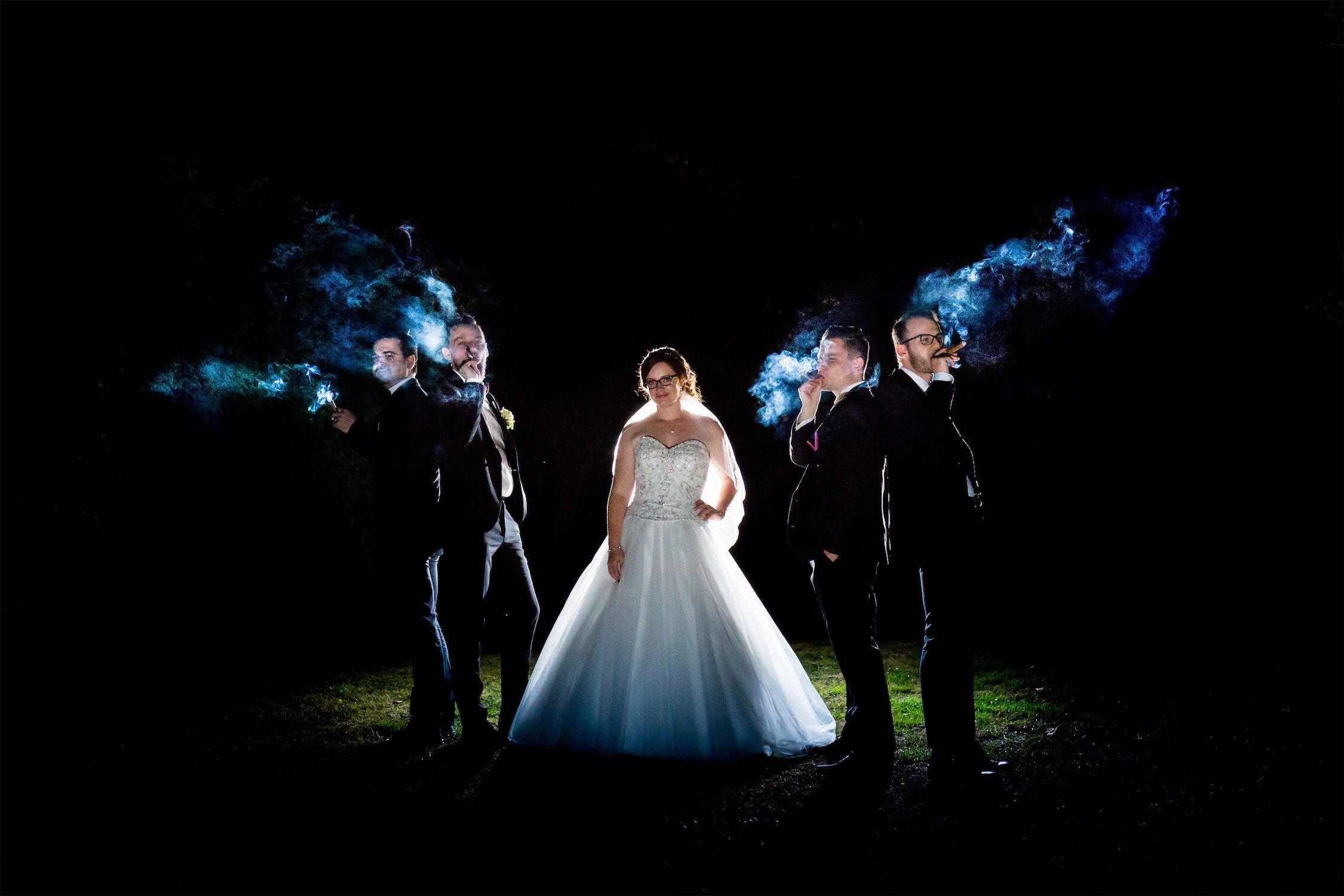 Portrait der Braut in der Nacht mit Zigarren